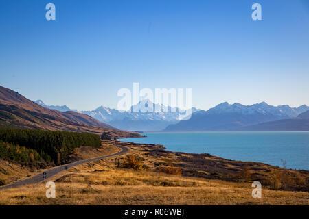 Die malerische Straße in Mt Cook National Park Reisen rund um den Rand des Sees Pukaki - Stockfoto