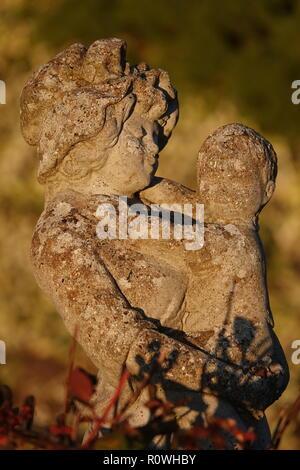 Mutter und Kind verwitterten cast Garten Statue - Stockfoto
