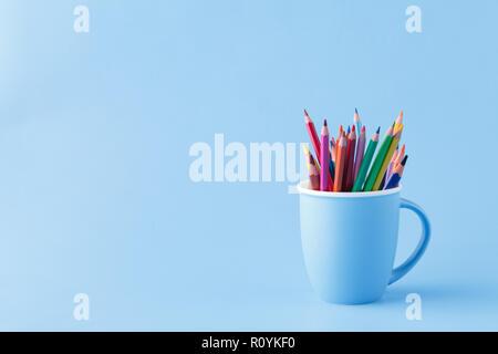 Die Werkzeuge für das Zeichnen, Haufen von farbstifte auf Blau - Stockfoto