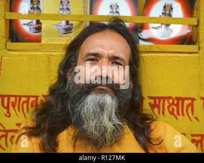 Indische Yoga Lehrer aus berühmten Shree in Kathmandu Pashupatinath Yoga Schule. - Stockfoto