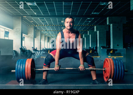 Männliche Gewichtheber bereitet schwere Langhantel, Kreuzheben zu ziehen, Fitnessraum Interieur für den Hintergrund. Weightlifting Workout in Sport oder Fitness, Bodybuilding - Stockfoto