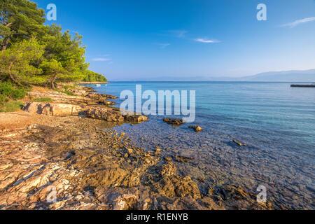 Pebble Beach auf der Insel Brac mit türkisklarem Wasser des Ozeans, Supetar, Insel Brac, Kroatien. - Stockfoto