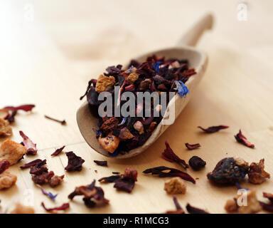 Getrocknete Früchte Tee in eine hölzerne Schaufel - Stockfoto