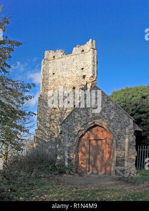 Ein Blick auf die zerstörte Turm und der südlichen Vorhalle der Kirche aller Heiligen an Billockby, Norfolk, England, Vereinigtes Königreich, Europa. - Stockfoto