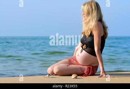 Porträt, schwangere Frau am Strand - Stockfoto