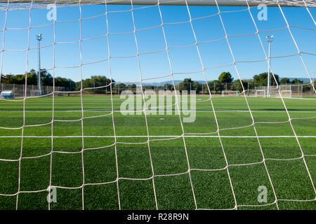 Fußball-Feld durch das Ziel net in einem Sportkomplex. - Stockfoto