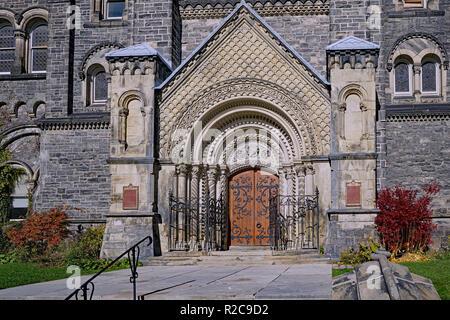 TORONTO - NOVEMBER 2018: reich verzierten Eingang zum University College, das original 1850 Gebäude der Universität von Toronto. - Stockfoto