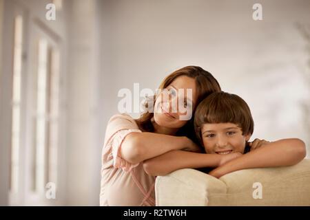Mutter und Sohn Lächeln, als sie posieren für ein Portrait. - Stockfoto