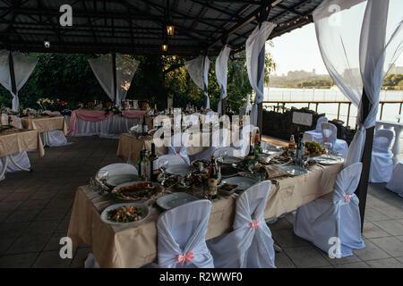Serviert Tische im Restaurant für die Hochzeitsfeier - Stockfoto