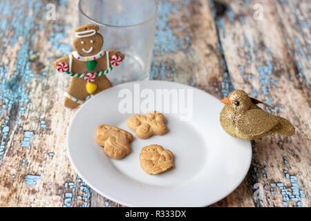 Kekse und Milch für den Weihnachtsmann - Stockfoto