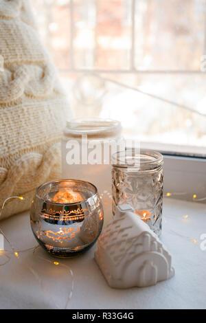 Still life Details mit Kerzen, Spielzeug, Haus und Girlande. Skandinavische hygge Konzept, monochrom, kinfolk Stil - Stockfoto