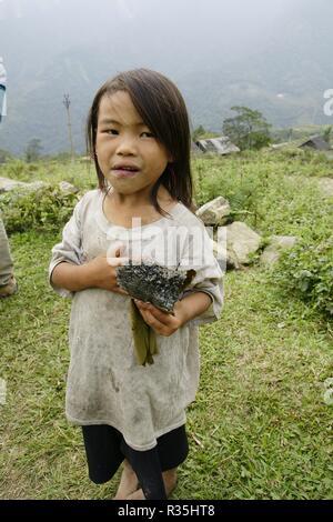 Sapa, Vietnam - am 10. August 2018: Kinder aus Dörfern in der Bergregion von Sapa, Norden von Vietnam, in der Erwartung, westliche Touristen zu sehen. - Stockfoto