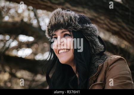 Junge attraktive Frau lächelnd tragen Russische Bomber leder hut - Stockfoto