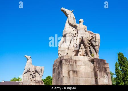 Mensch und Pferd monument Statue im Nordpark, öffentliche Grünanlage im Stadtteil Stockum in Düsseldorf Stadt in Deutschland - Stockfoto