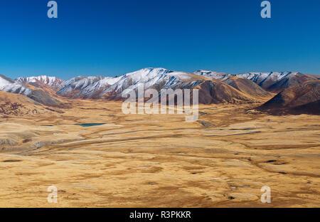 Belki, schneebedeckten Berge der Name von schneebedeckten Gipfeln und im Sommer in Sibirien, Altai Gebirge. Landschaft einer sehr ungewöhnlichen, loc - Stockfoto