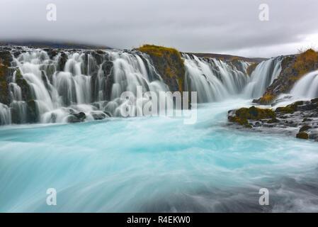 Bruarfoss (Brücke fallen), ist ein Wasserfall auf dem Fluss Bruara, im Süden Islands, wo eine Reihe von kleinen runlets Wasser läuft in einem schönen, türkis-blauen Pool. - Stockfoto