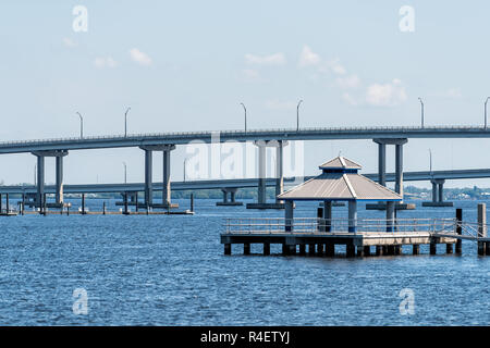 Brücken in Marina Hafen Dock am Caloosahatchee River während der sonnigen Tag in Florida Golf von Mexiko Küste, Pier, niemand, Pavillon Pavillon in Fort Myers, U - Stockfoto