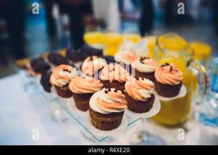 Chocolate Cupcake mit Regenbogen Herzen für Liebe Valentinstag. - Stockfoto