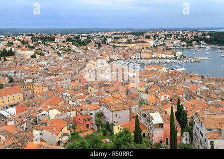 ROVINJ, KROATIEN - 19. Juni: Luftaufnahme von Rovinj, die am 19. Juni 2010. Die malerische Stadt und den Hafen Blick vom Kirchturm in Rovinj, Kroatien. - Stockfoto