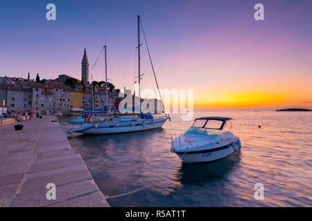Kroatien, Istrien, Rovinj, Kai und die Kathedrale der Heiligen Euphemia - Stockfoto