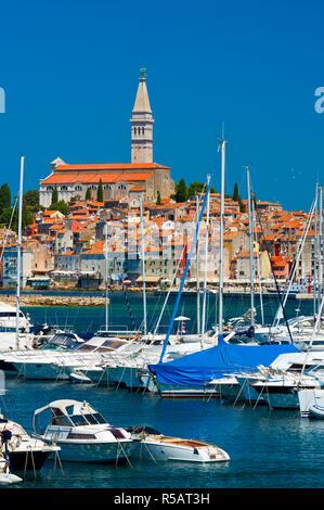 Kroatien, Istrien, Rovinj, den Hafen und die Kathedrale von St. Euphemia - Stockfoto