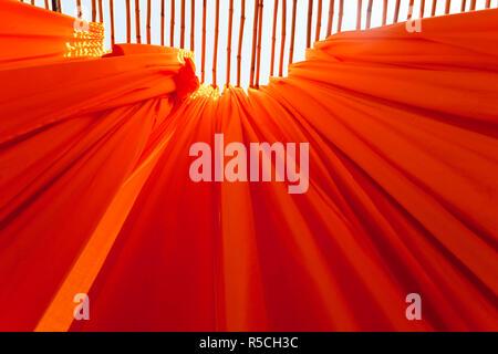 Neu Stoff hängen von Bambusstangen zu trocknen gefärbt, Sari Textilfabrik, Rajasthan, Indien, (PR) - Stockfoto
