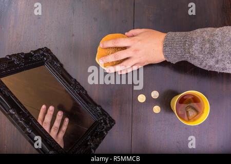 Die menschliche Hand, denn Brot aus einer verschlissen. Armut Konzept. Keine Reflexion. Luftaufnahme. - Stockfoto