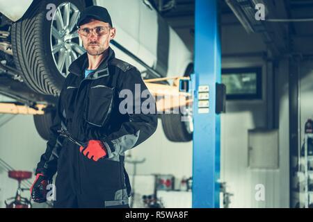 Professionelle kaukasischen Automechaniker in seinem 30s Vor aufgehoben. Automobilindustrie Thema. - Stockfoto