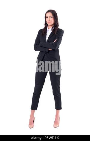 Erfolgreiche zuversichtlich elegante Business Frau mit verschränkten Armen an Kamera ernsthaft suchen. Voller Körper auf weißem Hintergrund. - Stockfoto