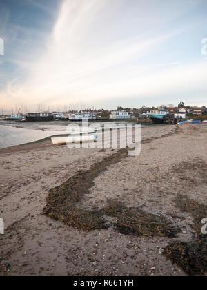 Kleine Boote am Strand himmel wolken Ocean Bay geparkt - Stockfoto