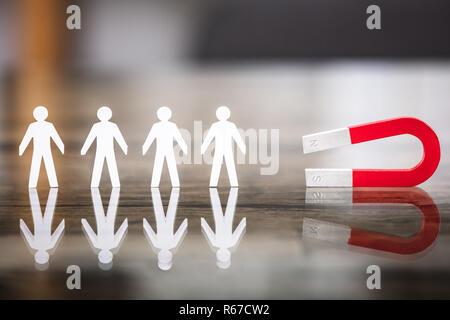Magnet für Papier schneiden Sie stehend in der Zeile - Stockfoto