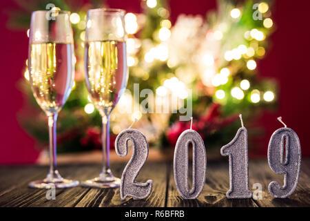 Zwei Champagner für Neues 2019 Jahr Flöten auf bunte Licht bokeh Hintergrund - Stockfoto