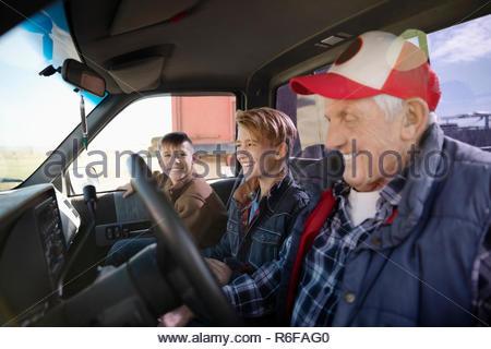Großvater und Enkel in den Lkw - Stockfoto