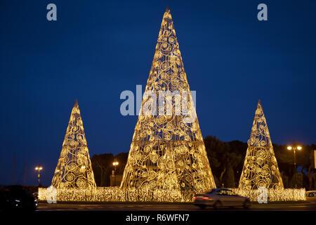 Pine Tree von gelb leuchtet. Weihnachtsbaum mit Lichter leuchten. Weihnachtsdekoration Hintergrund mit goldenen Lichter leuchten. Festliche Hintergrund mit Weihnachtsbaum und Lichter verschwommen gemacht. Neues Jahr Kulisse. - Stockfoto