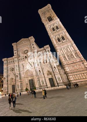 Vertikale Sicht auf den Dom und Giottos Turm bei Nacht in Florenz, Italien. - Stockfoto
