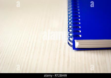 Spirale Notebook auf einem weißen Tisch isoliert. Wirtschaft und Produktivität Konzept. Spiralbindung, Schreibwaren Produkt - Stockfoto