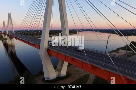 Schöne Brücke über den Fluss. Die Brücke am Kabel ist weg - Stockfoto
