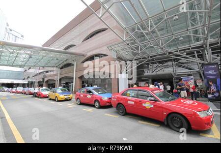 Taxis warten für die Fahrgäste an KL Sentral Station in Kuala Lumpur, Malaysia - Stockfoto