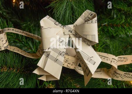 Weihnachten und Bogen Papier Ketten von Noten Hängen an einem Baum an Dyffryn House, Tal von Glamorgan, South Wales, UK - Stockfoto