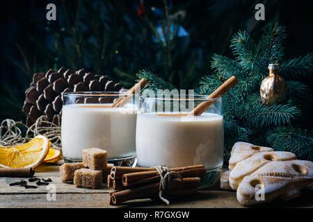 Eierlikör (Ei-nog), traditionelle Weihnachten Winter Drink mit Zimt, Nelken und Muskat. Hausgemachten Getränken. Winter weihnachtliche Stimmung. - Stockfoto