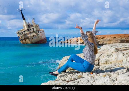 Stadt Paphos, Zypern. Altes Schiffswrack, Mädchen und blaues Wasser. Reisebilder 2018, Dezember. Landschaft und Natur. - Stockfoto