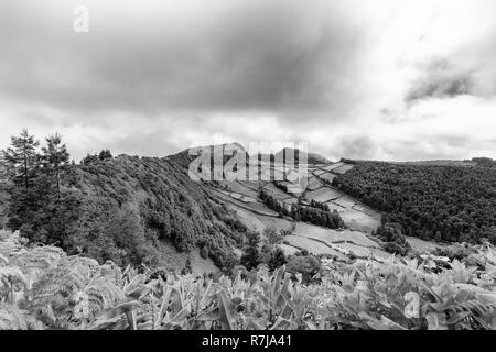 Schöne schwarze und weiße Blick auf die Kante des Sete Cidades Caldera auf Sao Miguel auf den Azoren. - Stockfoto