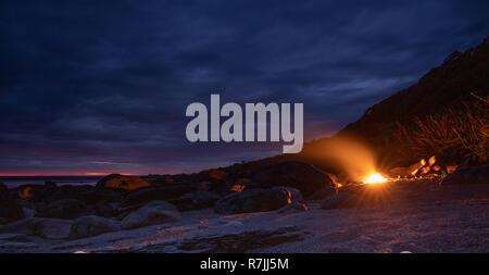 Lagerfeuer am Strand, mit Sonnenuntergang. Lange Belichtung. - Stockfoto