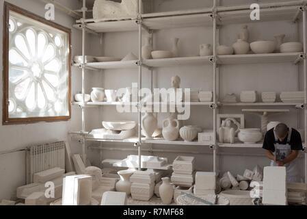 Kroatien, Dalmatien, Insel Brac, Bol Village, Klesarska skola Steinmetzarbeit Schule - Stockfoto