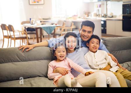 Glückliche Familie im Wohnzimmer - Stockfoto
