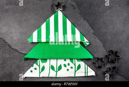 Weihnachten essen Hintergrund mit kopieren. Weihnachtsbaum aus Küche Servietten und Cookies Stern. Grauen Stein ackground. Urlaub Menü oder cooki - Stockfoto