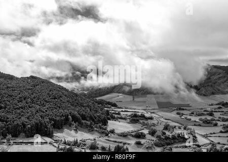 Schwarze und weiße Blick auf Morgen Wolken in der Nähe der Alferes Caldera in Sao Miguel, Azoren. - Stockfoto