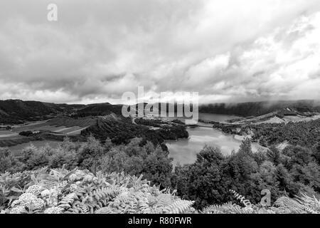Schöne schwarze und weiße Blick auf den massiven Sete Cidades Krater und Dorf auf den Azoren. - Stockfoto