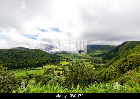 Fantastische Aussicht vom Rand der Caldera in Sete Cidades Sao Miguel auf den Azoren. - Stockfoto