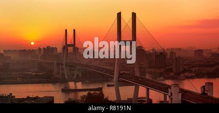 Shanghai Nanpu Brücke und urbaner Architektur - Stockfoto